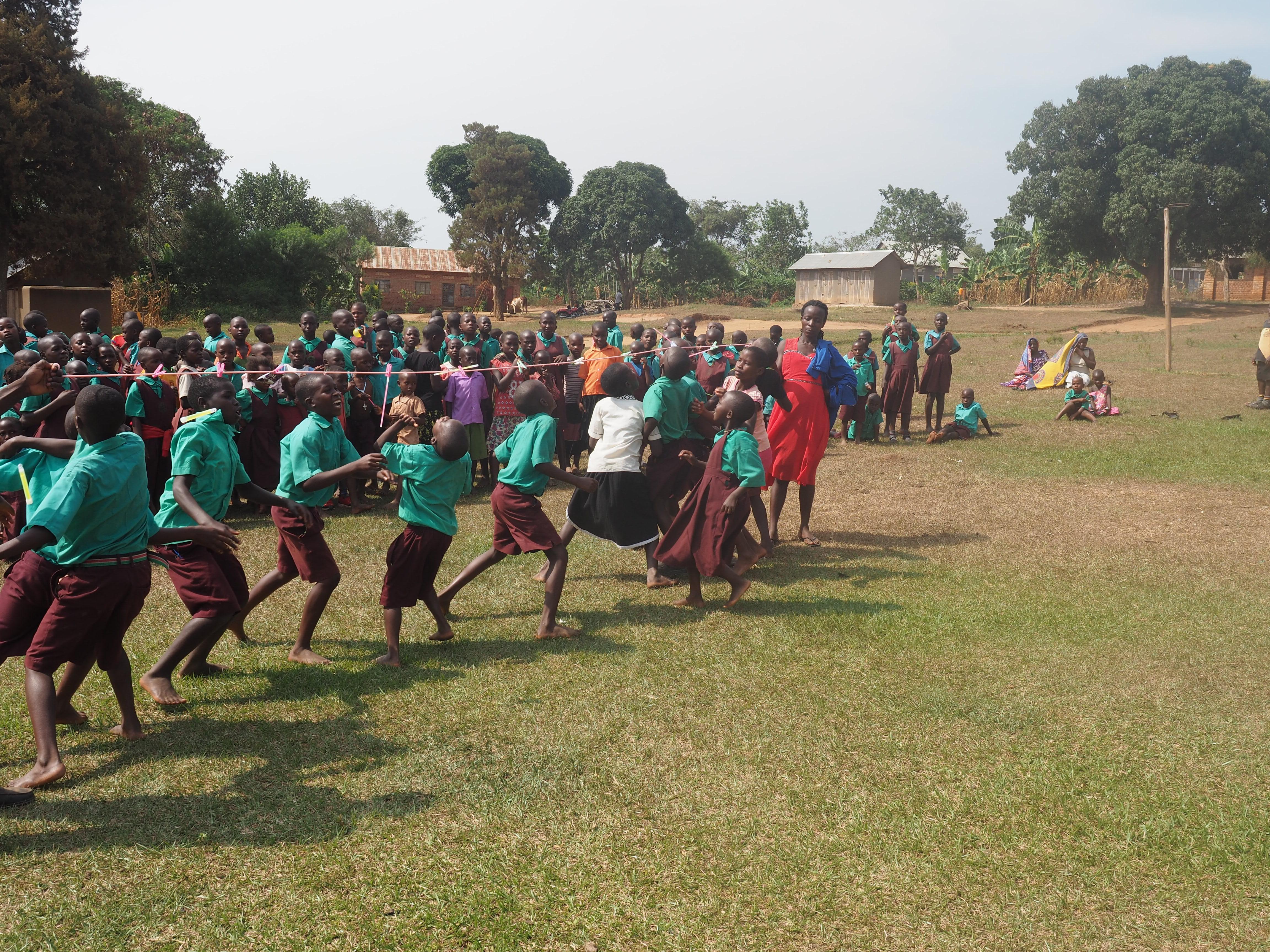 【ウガンダ旅行2日目】学校訪問とパーティー